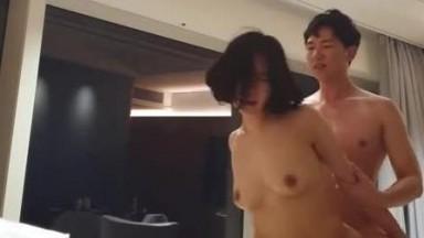 韩国帅小伙与酒吧结识的肉感骚妇开房扒光衣物无套猛肏